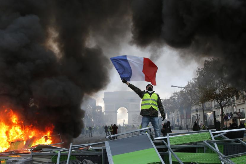 Yellow Vests Demand to leave EU and NATO, New Consitution 3